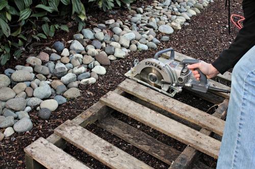 wooden pallet saw